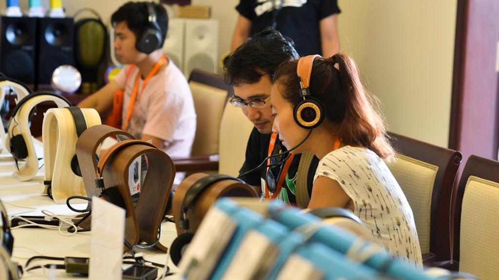 Tai nghe đang được trải nghiệm là Grado RS2e được chơi bởi máy nghe nhạc siêu cao cấp Astell & Kern AK 120 II