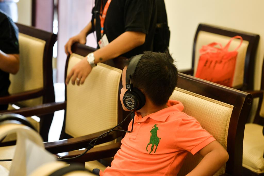 Em bé này đang trải nghiệm tai nghe Grado SR225e,..