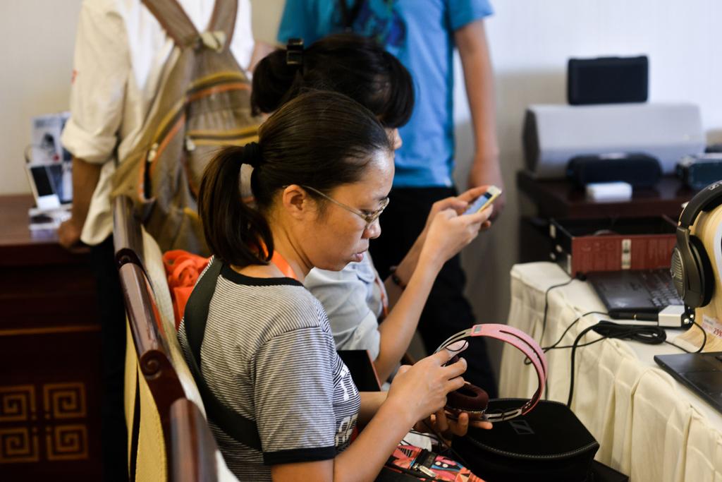 Bạn nữ đang ngắm lại sản phẩm sau khi quyết định mua và lựa chọn tai nghe Sennheiser Momentum On Ear