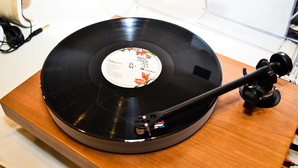 """Album đĩa than """"Một thời đã xa"""" đang gây sốt cộng đồng mạng được sử dụng để thể hiện cùng với tai nghe Grado GS1000e cho âm thanh cực kỳ mộc mạc, tự nhiên,.."""