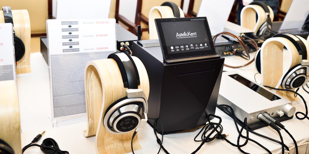 MQS Network Audio Player AK 500N, một sản phẩm siêu cao cấp của Astell & Kern. AK 500N có thể hiểu đơn giản như một thiết bị lưu trữ nhạc lossless được tích hợp sẵn 1 ổ SSD 1TB, cùng với 3 khay để sẵn cho phép lắp thêm được 3 ổ SSD nữa để lưu trữ. Ngoài khả năng đọc và chơi trực tiếp đĩa CD thì còn cho phép rip và lưu trữ lên ở cứng tích hợp bên trong. AK 500N tích hợp bộ DAC 24bits, DSD64/DSD128,.. và khả năng kết nối không dây qua mạng Lan, Wifi, DLNA,...AK 500N sử dụng màn hình cảm ứng 7inch đề điều khiển bài hát và các chế độ khác nhau, rất dễ và thuận tiện.  Trong hình là bộ phối ghép mang tính tham khảo chất âm  khi chơi với Headphone Amp - DAC HDVD 800, và đánh với tai nghe HD 800. Vì nhiều hạn chế tại nơi diễn ra triển lãm nên không thể trình diễn khả năng chơi mạng không dây, kết nối MQS,..