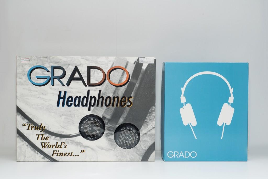 """Hộp chiếc SR225i nổi bật với dòng chữ Grado Headphones, bên dưới là lời trích dẫn """"Truly The World's Finest.."""" - """"Thực sự tốt nhất thế giới"""" và để lộ 2 earcup. Hộp của SR225e nhỏ gọn và đơn giản hơn rất nhiều, chính giữa là biểu tượng chiếc tai nghe Grado màu trắng trên nền xanh."""