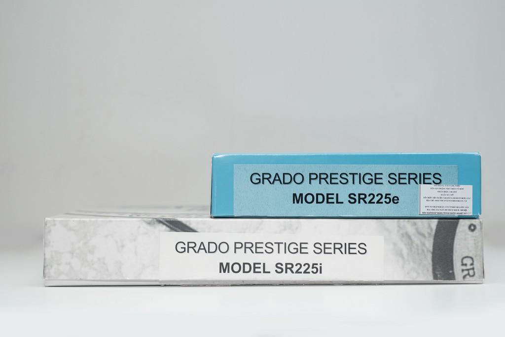Như đa số những chiếc tai nghe khác đến từ Grado, 2 phiên bản SR225 đều được đóng gói trong những chiếc hộp giấy khá đơn giản.