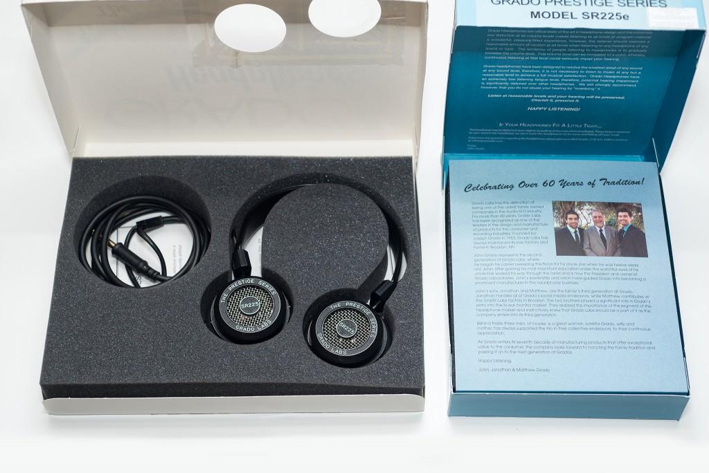Mở hộp 2 chiếc tai nghe không có bất cứ khó khăn gì. Với chiếc SR225i ta sẽ nhìn thấy ngay chiếc tai nghe và phần dây nằm gọn gàng trong khung xốp. Chiếc SR225e có thêm một bức thư của nhà sản xuất gửi đến mọi khách hàng.
