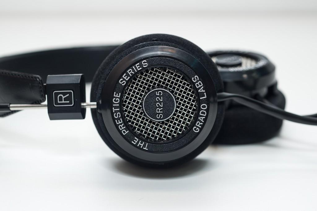 SR225i đại diện cho thế hệ thứ 2 của những chiếc tai nghe Grado. Vẫn giữ nguyên một vẻ đẹp rất đặc trưng : đơn giản, mạnh mẽ và có chút gì đó cổ điển. Earcup loại open-back hình tròn với những đường nét cứng cáp, lưới kim loại che driver, dòng chữ dập nổi tên tai nghe…