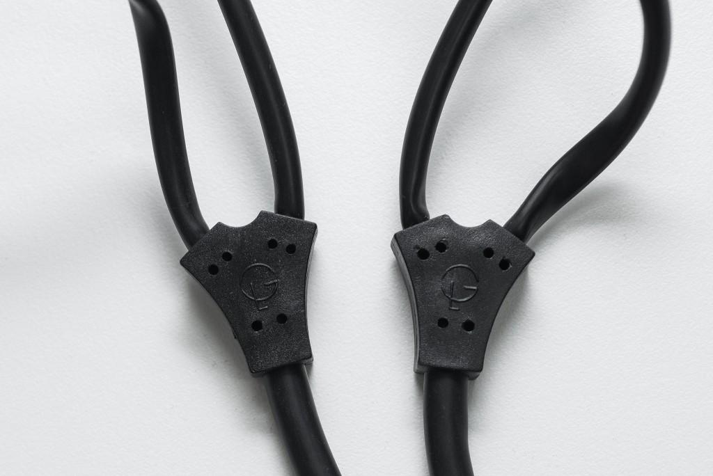 Đoạn chia dây của 2 tai nghe hoàn toàn giống nhau, đó là một chạc nhựa cứng rất dày được in nổi biểu tượng của Grado Labs.