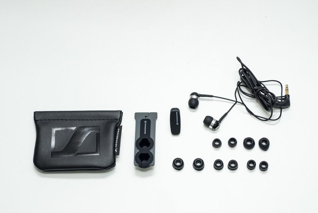 Các phụ kiện đi kèm gồm: kẹp áo, cuộn cáp và túi đựng tai nghe. Cặp với 3 kích thước khác nhau ( S/M/L) bao gồm 2 loại, một loại chặn tiếng ồn thông thường, và một loại thiết kế đặc biệt 2 khấc , đựng trong túi mềm cho phép người nghe cách ly hoàn toàn với tiếng ồn bên ngoài, và bảo vệ sự riêng tư, cá nhân của họ.