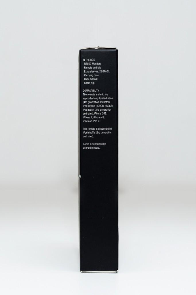 Cạnh trái là thông tin về phụ kiện trong hộp và danh sách sản phẩm iOS có thể sử dụng được mic và bộ điều khiển tính đến thời điểm ra mắt của tai nghe.