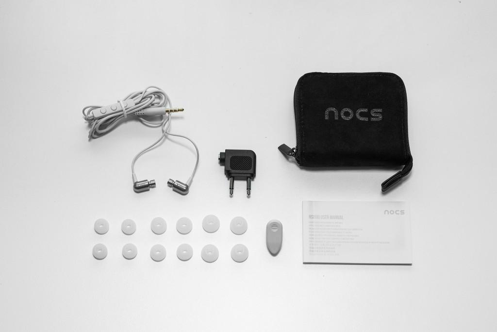 Nocs cung cấp cho chúng ta khá đầy đủ phụ kiện, bao gồm : một túi đựng bằng nhung, cục chuyển đổi jack để nghe trên máy bay, nút tai các size S,M,L mỗi size 2 cặp, kẹp dây và sách hướng dẫn.