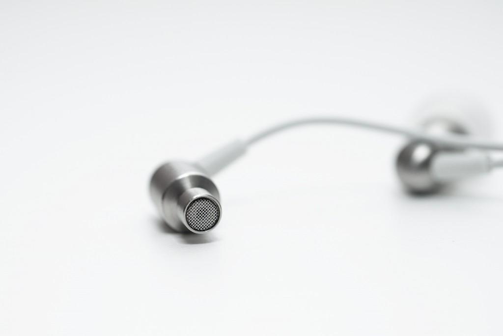Thiết kế rất liền mạch và có chất lượng hoàn thiện tuyệt vời ở mọi góc cạnh, chi tiết. Phần filter của tai nghe cũng được làm bằng kim loại.