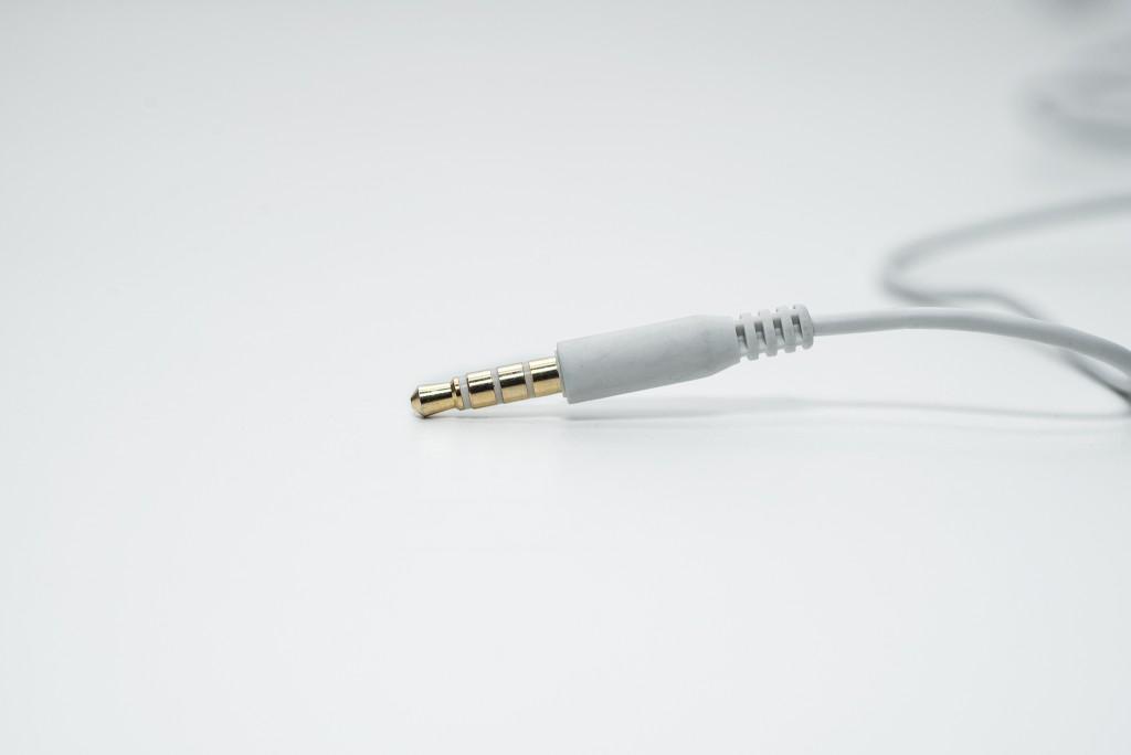 Toàn bộ dây dẫn có màu trắng tinh khiết. NS800 sử dụng chân jack chữ I với đầu jack được mạ vàng sáng bóng.