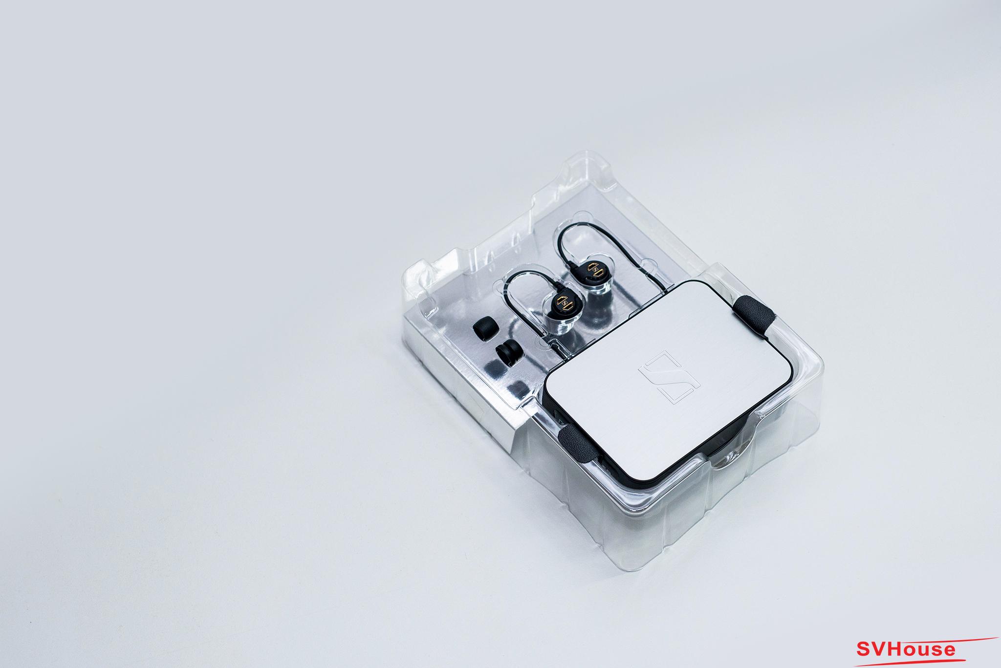 """Một phong cách đeo tai nghe hết sức chuyên nghiệp theo kiểu """"ear-hook"""", chính vì thế mà khuôn mẫu của chiếc hộp nhựa trong suốt được thiết kế để dành riêng cho IE60"""