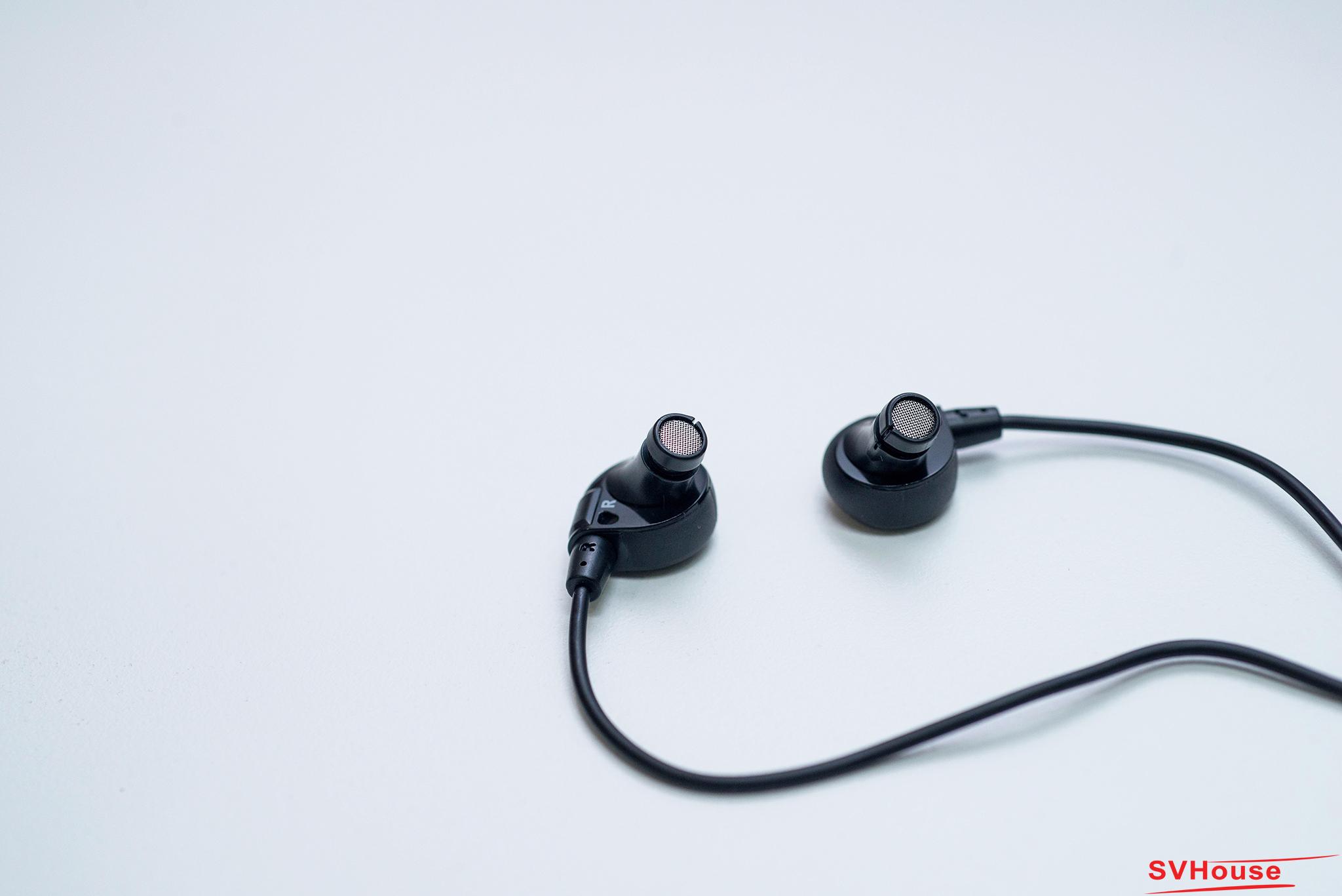 Phần bên trong sau khi tai nghe đã được tháo nút tai là một màng lọc bằng kim loại được đúc kết liền mạch với vỏ tai nghe