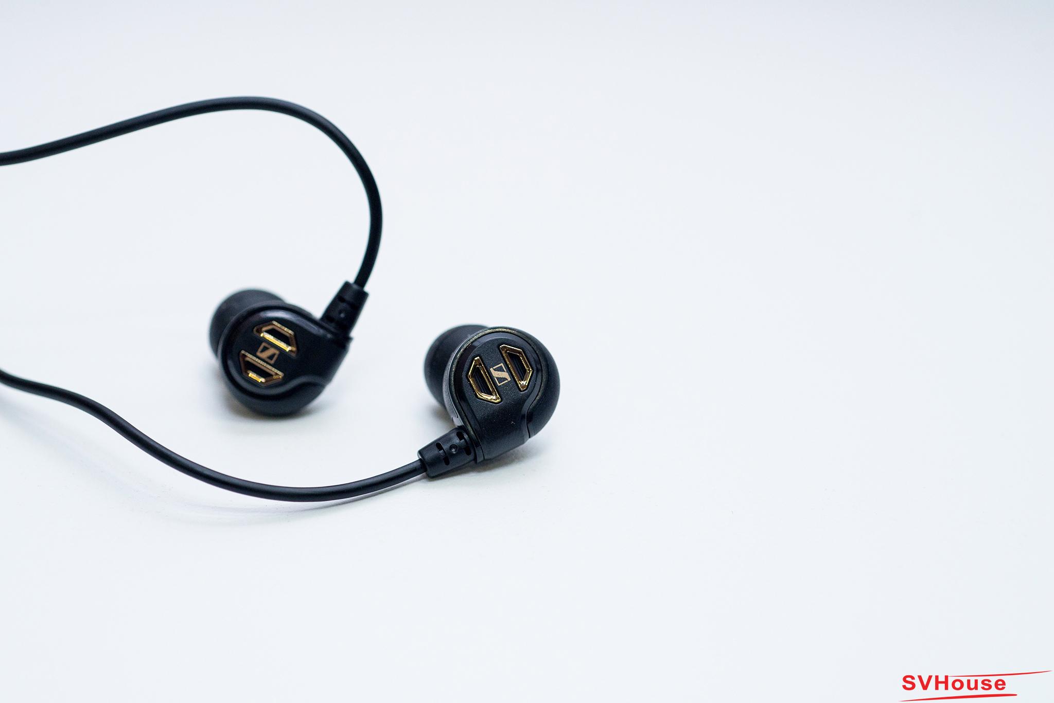 Ánh lên một màu vàng nâu trên một nền đen cổ điển, IE60 cuốn hút từng đôi mắt với một thiết kế đơn giản nhưng lại cực kỳ sang trọng. Một điều ngạc nhiên hơn nữa, với cấu tạo đặc biệt của IE60 có khả năng làm giảm những tiếng ồn thụ động xung quanh lên đến 20 dB