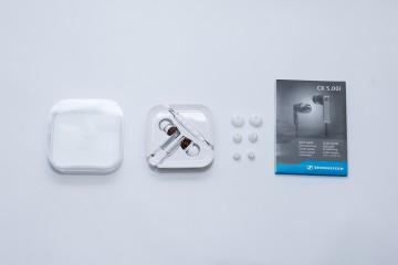 Toàn bộ những chi tiết có trong hộp sẽ bao gồm : vỏ case nhựa màu trắng với nắp đậy trong suốt, khuôn nhựa quấn tai nghe, 4 cặp tip các size XS, S, M, L và sách hướng dẫn sử dụng.