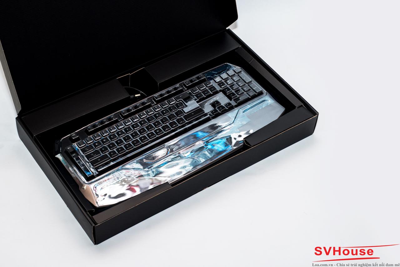 Bên trong, Roccat còn cung cấp 1 tấm che phím, vừa giúp bảo vệ bàn phím vừa chống bụi bám vào những lúc không sử dụng.
