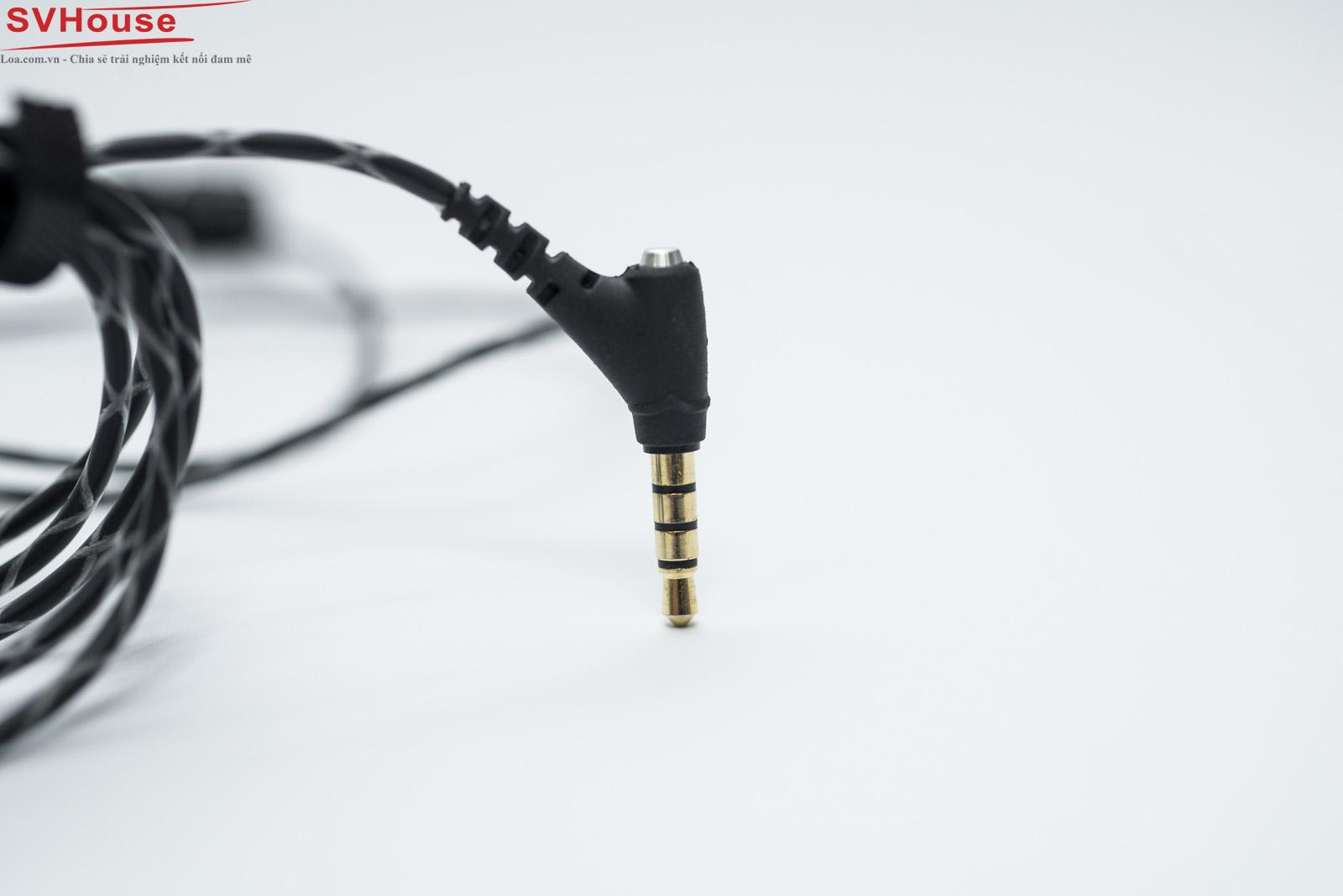 """Jack cắm tai nghe mạ vàng """"24k"""" được thiết kế theo góc 45 độ với phần thân đuôi nhô cao giúp bạn đưa """"jack"""" vào thiết bị của bạn dễ dàng hơn"""