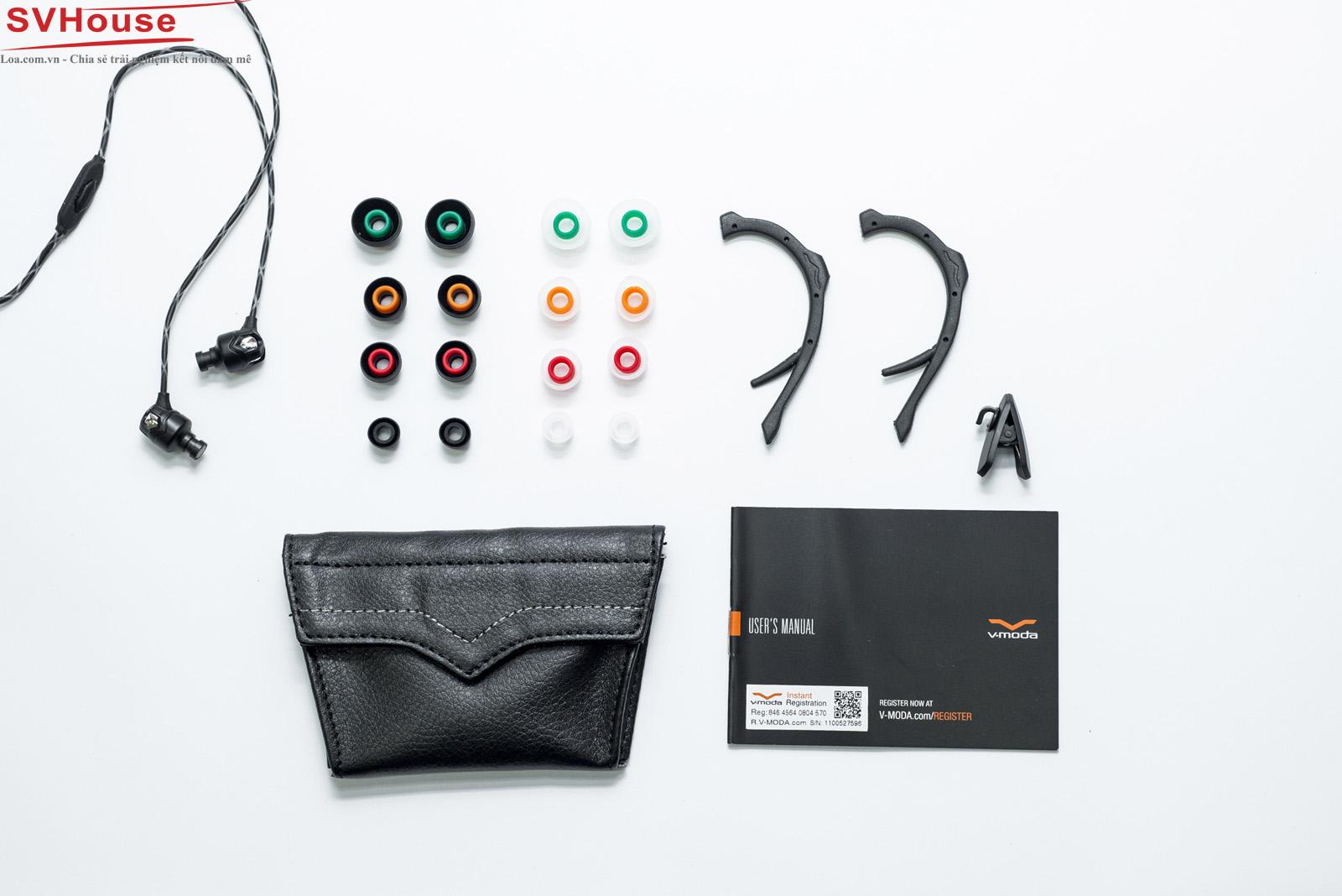 """Cuối cùng đây là toàn bộ những gì chúng ta có trong chiếc hộp của Zn. Phụ kiện của Zn đi kèm 8 bộ nút tai với 2 màu khác nhau, 1 bao da trông rất sành điệu, 1 chiếc kẹp áo cùng với 1 cặp """"Ear-Hook"""""""