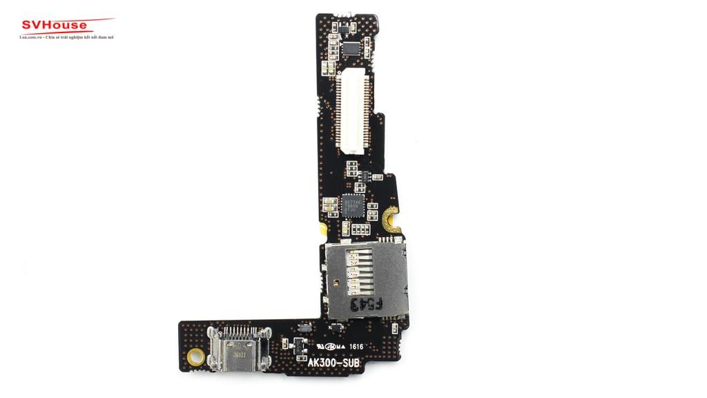 Cổng USB và khe đọc thẻ nhớ gia công đẹp.