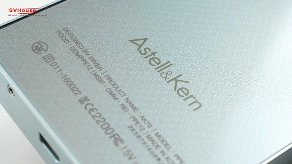 Bề mặt sau của máy với các họa tiết parten mang phong cách Astell&Kern.