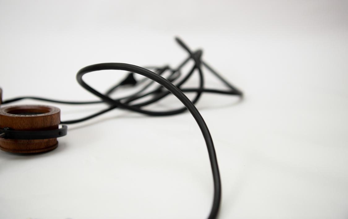 Nếu bạn hay sợ tai nghe bị đứt dây, thì hãy chọn Grado, hãng tai nghe này với lõi to và nhiều sợi nên cực kỳ chắc chắn