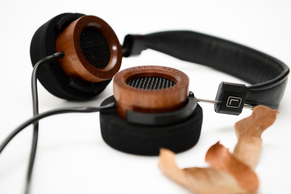 Housing của tai nghe grado rs2i được làm bằng gỗ cho âm thanh ấm áp tự nhiên mộc mạc