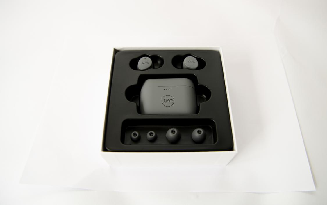 Sau khi mở vỏ hộp bên ngoài thì đây là toàn bộ tai nghe, hộp sạc, các tip size khác nhau của Jays M Five