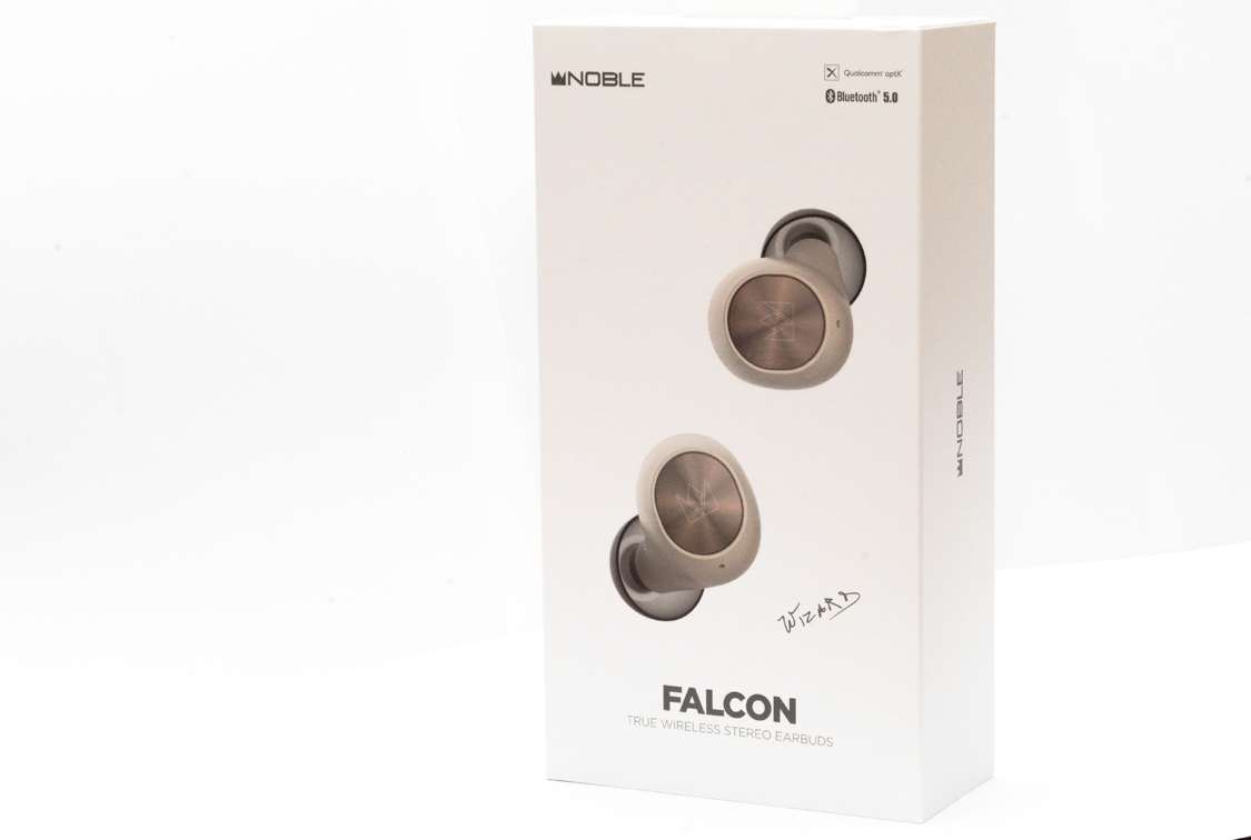 Mặt đằng trước vỏ hộp tai nghe Noble Falcon
