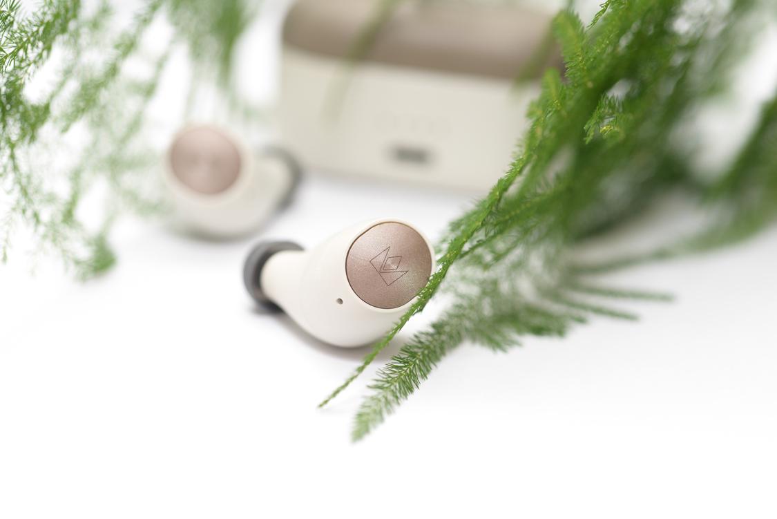 Nút bấm điều khiển bài hát, bằng kim loại màu đồng, có khắc laser logo của hãng Noble