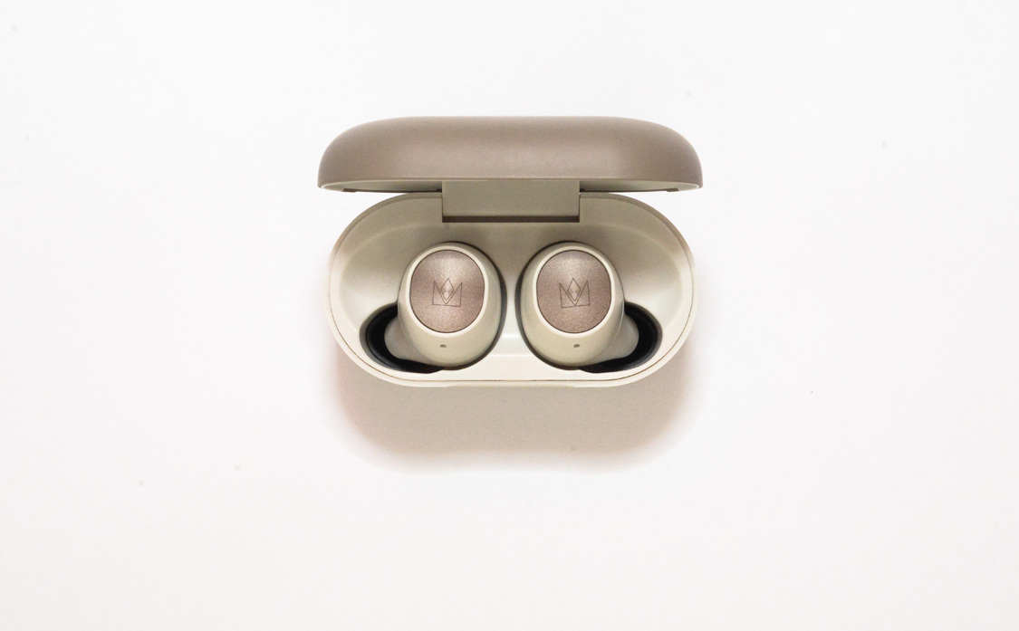 hộp sạc có nam châm từ tính để giữ tai nghe không bị rơi mỗi khi mở để lấy ra hoặc cất đi