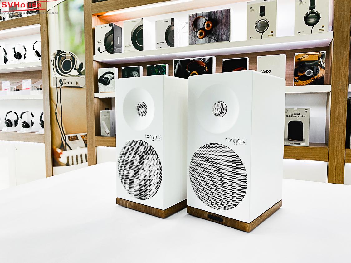 Loa Tangent X5BT white màu trắng với chân có màu gỗ walnut nên nhìn khá đẹp
