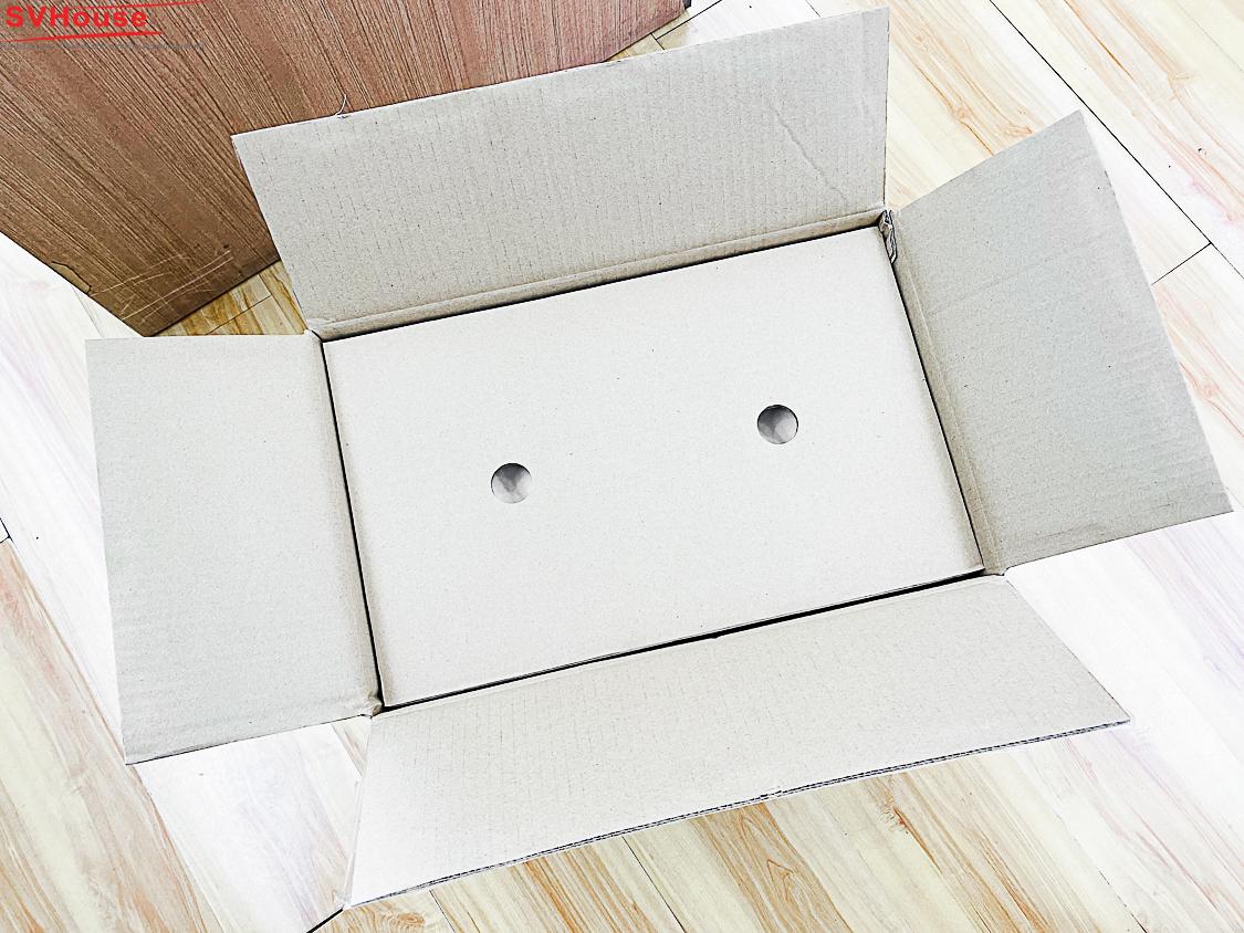 hộp bên trong được đóng cẩn thận với mút phía trên và dưới để bảo vệ loa