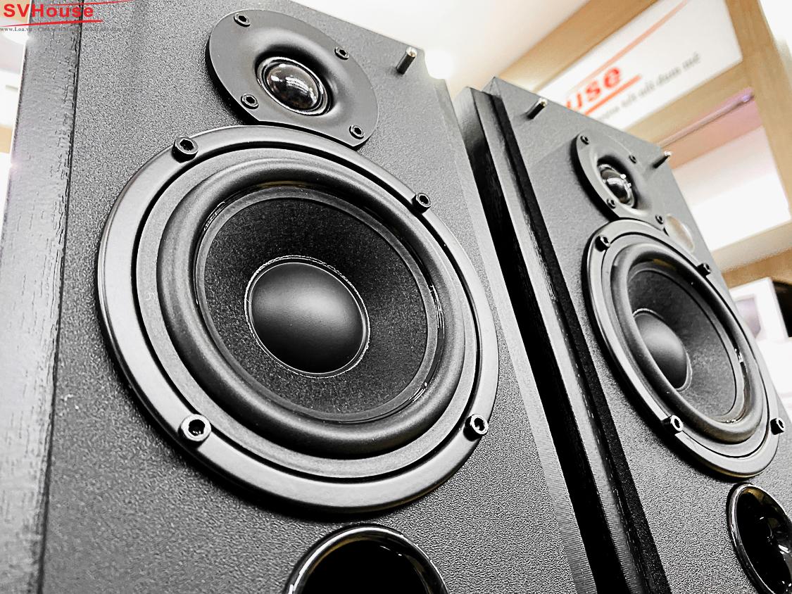 Loa bluetooth Edifier R1850DB là bộ loa bookshelf 2.0 nổi bật với âm thanh và cả thiết kế. Củ loa mid/woofer có đường kính 4.5 inch giàu tiếng trầm, mạnh mẽ, loa treble tái tạo tiếng cao rõ, chi tiết. Được trang bị bộ xử lý tín hiệu số (DSP) và bộ điều khiển độ động (DRC) giúp giới hạn và giảm méo tiếng dù ở mức âm lượng lớn. Tích hợp amply bên trong nên không cần phải phối ghép với amply ngoài.